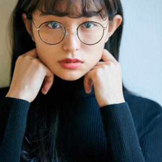 メガネはシンプルコーデが1番映える。なりたい印象別 メガネ×トップスの合わせ方