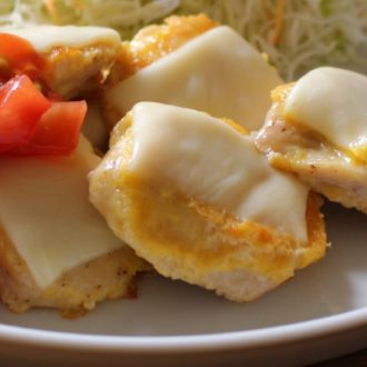 【レシピ動画】じゅわっとジューシー!チーズチキンピカタ トマトソースがけ