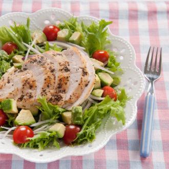 低カロリーでも満足!夏に食べたい簡単ヘルシーレシピ ~バジルチキンサラダ~