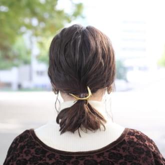 【ヘアアレSNAP】ゴールドのヘアアクセでこなれ感♡ ゆるポニーアレンジ