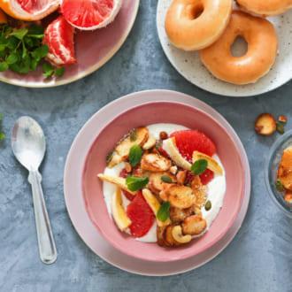 さっぱりした味わい! フルーツヨーグルトボウルwithドーナツグラノーラレシピ