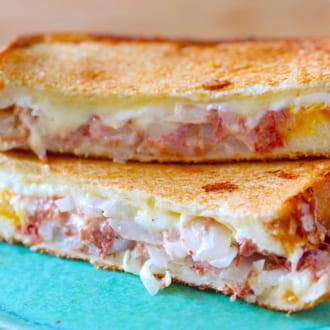 とろ〜りチーズと卵が最高! -新玉ねぎとコンビーフマヨのお手軽ホットサンド-
