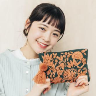 """すっぴん風のナチュラルメイクが大人気! """"山本莉子""""のメイクポーチの中身"""