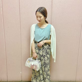 【Today's merSNAP】ノースリ×花柄スカートのリゾートコーデは、トレンド小物で鮮度アップして♡