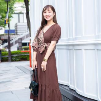【Today's merSNAP】オシャレさんの新常識!? 旬なブラウンコーデを格上げするシャツアレンジテク