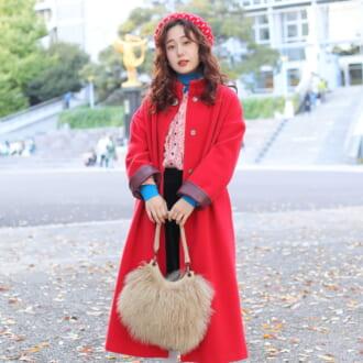 【Today's merSNAP】レッド×ブルーの原色コンビが可愛い♡ ロングコートが主役のレトロコーデ
