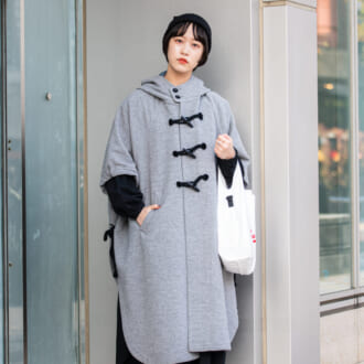 【Today's merSNAP】可愛いくて体型カバーも叶う♡ オシャレさんの「ポンチョコート」着こなしテク