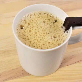 お店のようなふわふわコーヒーが作れる! マグカップと泡立て器がセットになった「泡プレッソ モコカフェ」レビュー