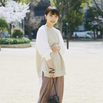 """【Today's merSNAP】""""ニュアンスカラー""""で即旬顔♡ 「ベスト×スカート」の大人可愛いコーデ"""