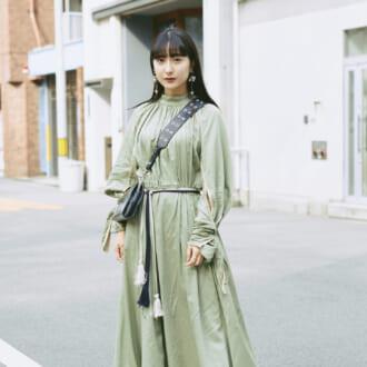 【Today's merSNAP】カラーパンツとの重ね着が旬♡ 「春ワンピ」スタイリングのコツって?