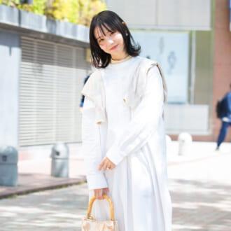 【Today's merSNAP】「肩掛けカーデ」で脱マンネリ♡ 定番ワンピの上級者テクって?