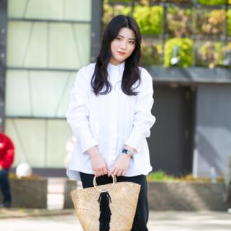 【Today's merSNAP】ユニクロの白シャツが万能すぎ♡ 差し色を効かせたモノトーンコーデ